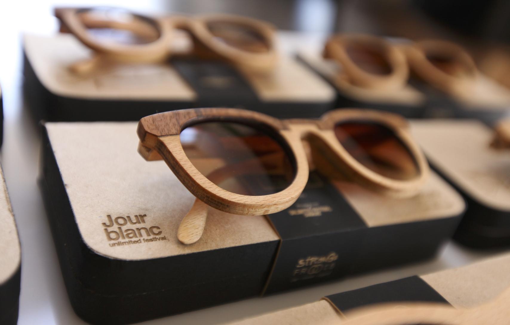 lunettes en bois véritable fait main pièce unique strange froots